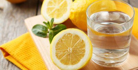 Чому зранку корисно пити теплу воду з лимоном?