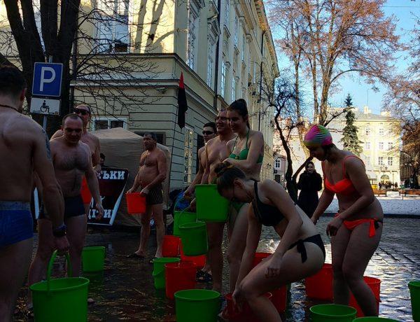 Як на Водохрестя львів'яни обливалися  водою у центрі міста (відео)
