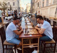 Володимир Кличко зіграв у шахи в центрі Львова