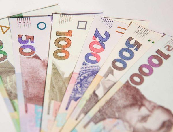 Долари зараз не варто купувати та чому дешевшає валюта